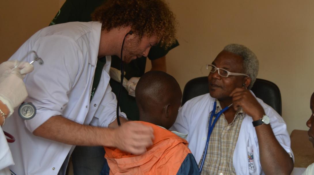 Un doctor enseña cómo tomar el pulso en nuestro voluntariado médico para jóvenes en Tanzania.